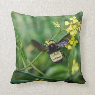 Bumble a abelha em vôo almofada