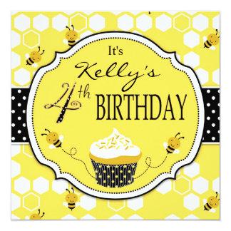 Bumble aniversário do cupcake da abelha o quarto
