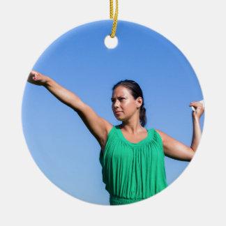 Bumerangue de jogo da mulher holandesa no céu azul ornamento de cerâmica