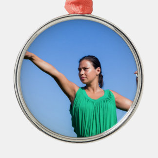 Bumerangue de jogo da mulher holandesa no céu azul ornamento de metal
