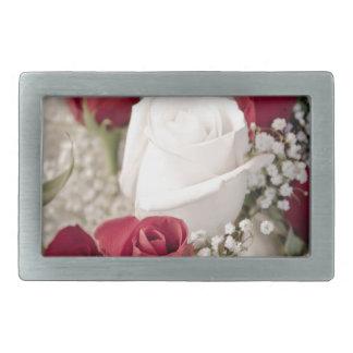 buquê das rosas vermelhas com o um rosa branco no
