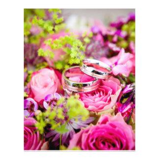 Buquê do casamento com bandas da aliança de flyer