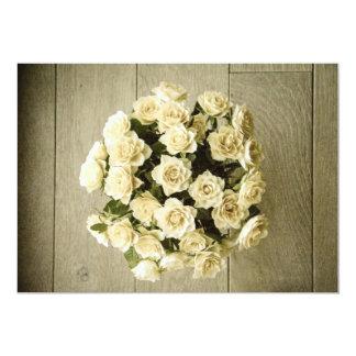 Buquê rústico do rosa branco no convite do