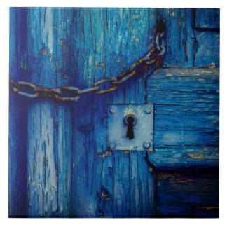 Buraco da fechadura da porta e azulejo de madeira