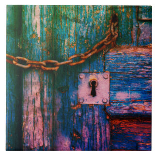 Buraco da fechadura da porta e azulejo velhos