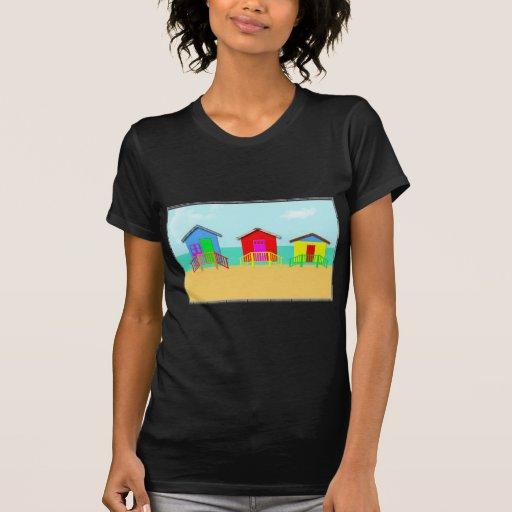 Cabanas coloridas da praia na linha costeira t-shirt