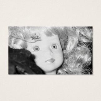 Cabeça da boneca no jardim cartão de visitas