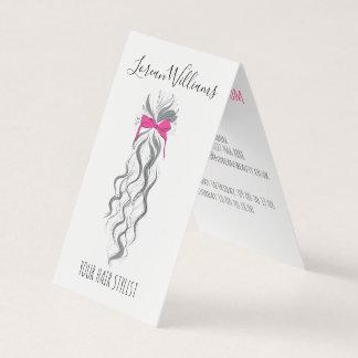 Cabelo ondulado longo com uma nomeação do penteado