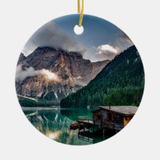 Cabine italiana da montanha da beira do lago ornamento de cerâmica redondo