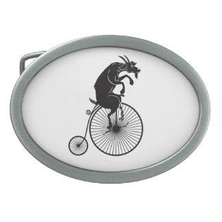 Cabra que monta uma bicicleta do Farthing da moeda
