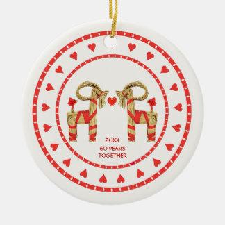 Cabras suecos da palha 60 anos junto datado ornamento de cerâmica redondo
