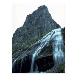 Cachoeira alpina nas montanhas de Logan, NWT, Cana Cartão Postal