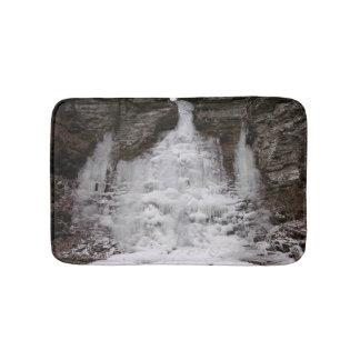 Cachoeira congelada da garganta tapete de banheiro