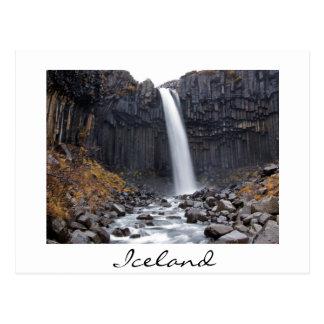 Cachoeira de Svartifoss no cartão do branco de
