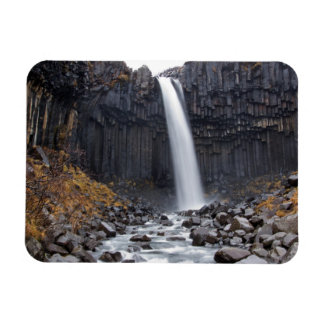 Cachoeira de Svartifoss no ímã retangular de