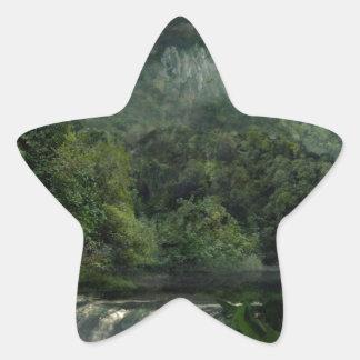 Cachoeira na selva das montanhas adesito estrela