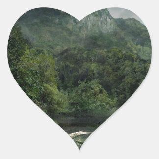 Cachoeira na selva das montanhas adesivo coração