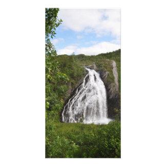 Cachoeira norueguesa bonita da montanha no verão cartão com foto