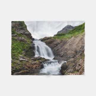 Cachoeira pitoresca na cordilheira cobertor de lã