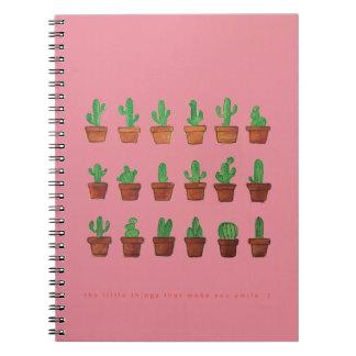 Cacto no bloco de notas cor-de-rosa do caderno do