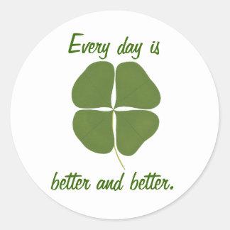 Cada dia é melhor e melhor, etiquetas do trevo adesivo redondo