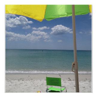 Cadeira e guarda-chuva de praia na praia poster perfeito