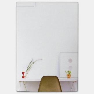 Cadeira minimalista da mesa de bloquinhos de notas