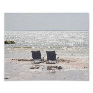 Cadeiras de praia na praia na maré baixa impressão de foto