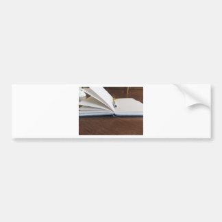 Caderno alinhado vazio aberto com caneta adesivo para carro