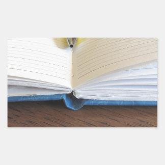 Caderno alinhado vazio aberto com caneta adesivo retangular