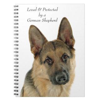 Caderno Amado & protegido por um german shepherd