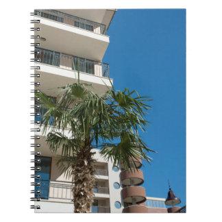 Caderno Bulding e palmeira do recurso