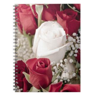 Caderno buquê das rosas vermelhas com o um rosa branco no