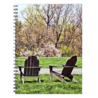 Caderno Cadeiras de Adirondack no primavera