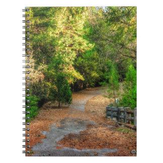 Caderno Caminho calmo através do folhagem de outono