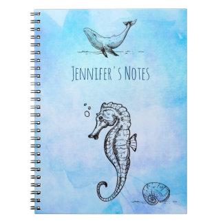 Caderno Cavalo marinho, baleia e Seashell na aguarela azul