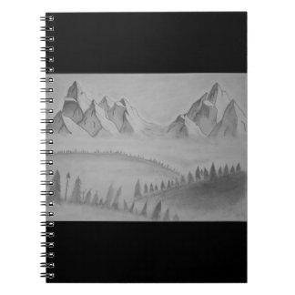 Caderno com as montanhas na névoa