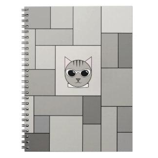 Caderno com gato malhado e teste padrão cinzentos