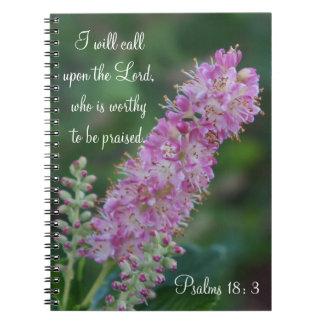 Caderno cor-de-rosa da flor com escritura de KJV