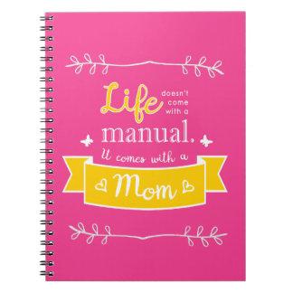 Caderno cor-de-rosa para a mamã com citações