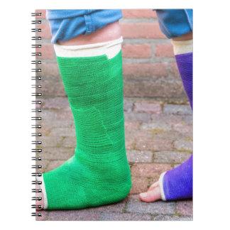 Caderno Criança ereta com dois pés coloridos da gipsita