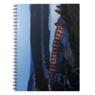 Caderno Edersee Staumauer iluminado ao cair da tarde