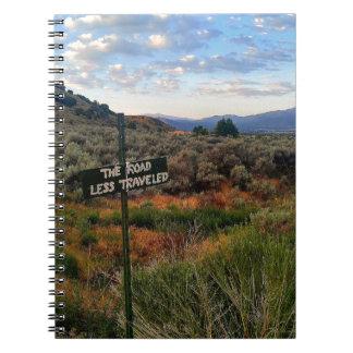 """Caderno Espiral """"A estrada viajou menos"""" montanha Desertscape do"""