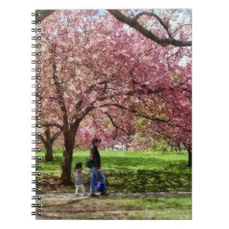 Caderno Espiral Apreciando as árvores de cereja