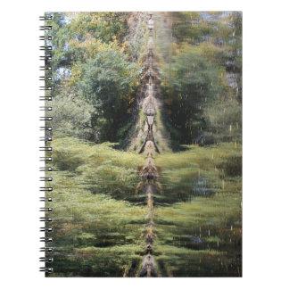 Caderno Espiral Árvores de salgueiro refletidas no rio