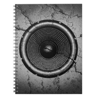 Caderno Espiral Auto-falante da música em uma parede rachada
