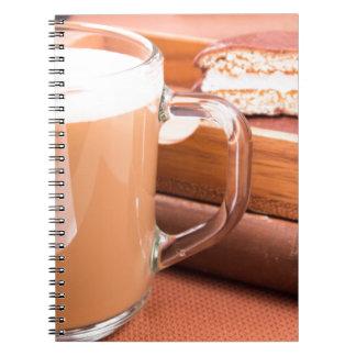 Caderno Espiral Caneca de vidro com chocolate quente e biscoitos