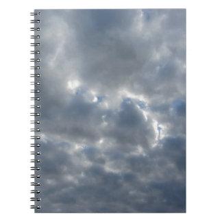 Caderno Espiral Céu morno com as nuvens de cúmulo-nimbo dos
