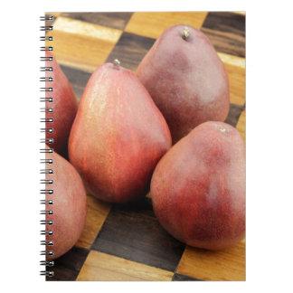 Caderno Espiral Cinco peras vermelhas em um tabuleiro de xadrez de