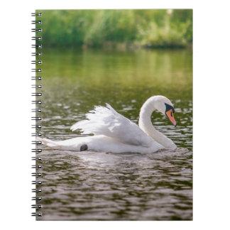 Caderno Espiral Cisne branca em um lago